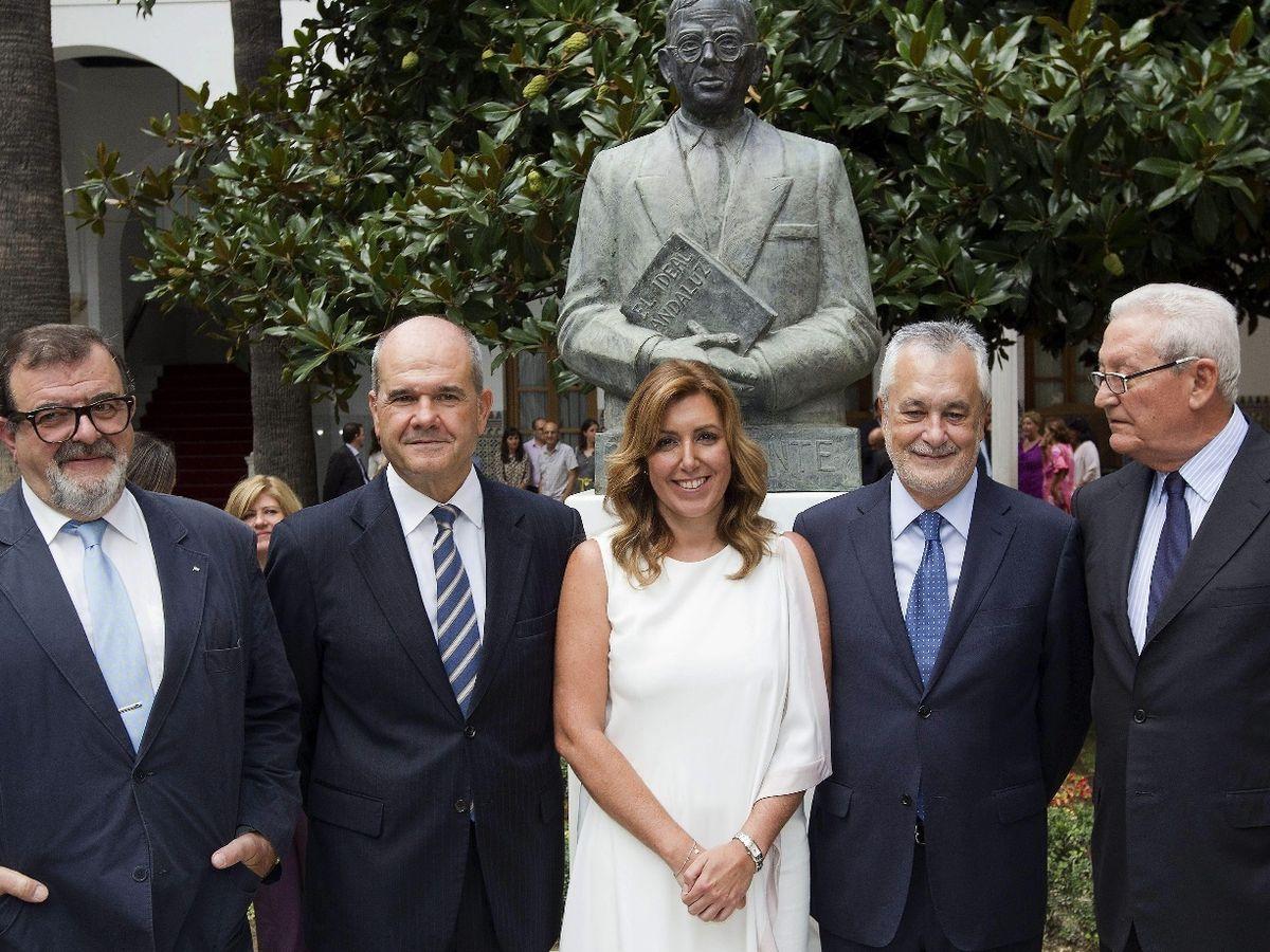 Foto: Susana Díaz posa junto a los expresidentes andaluces, José Rodríguez de la Borbolla (i), Manuel Chaves (2i), José Antonio Griñán (2d), y Rafael Escuredo (d), en su toma de posesión en 2013. (EFE)