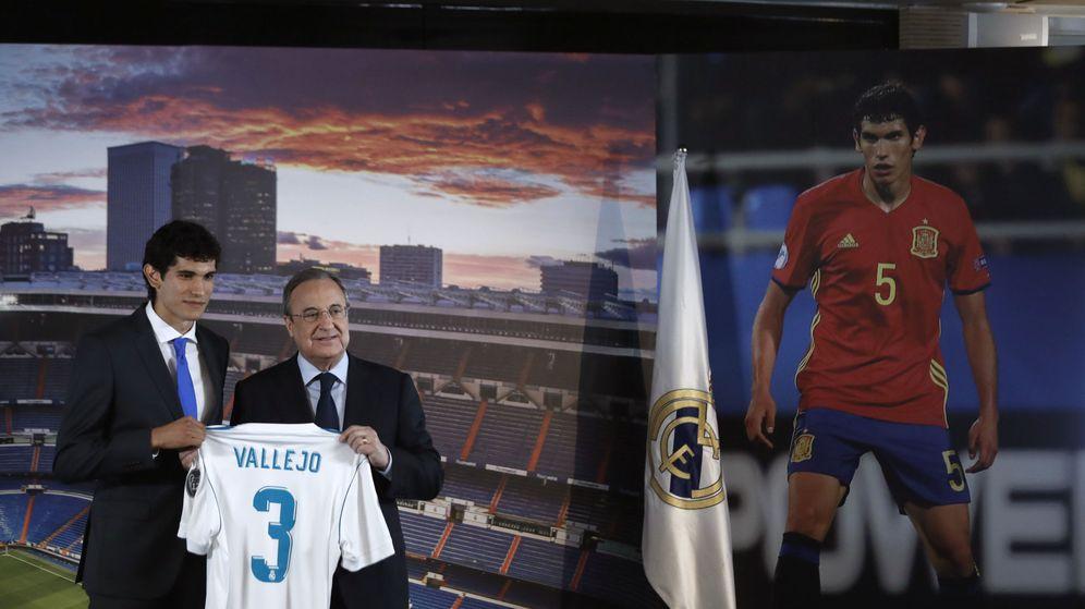 Foto: Jesús Vallejo, junto a Florentino Pérez, en su presentación como jugador del Real Madrid. (EFE)