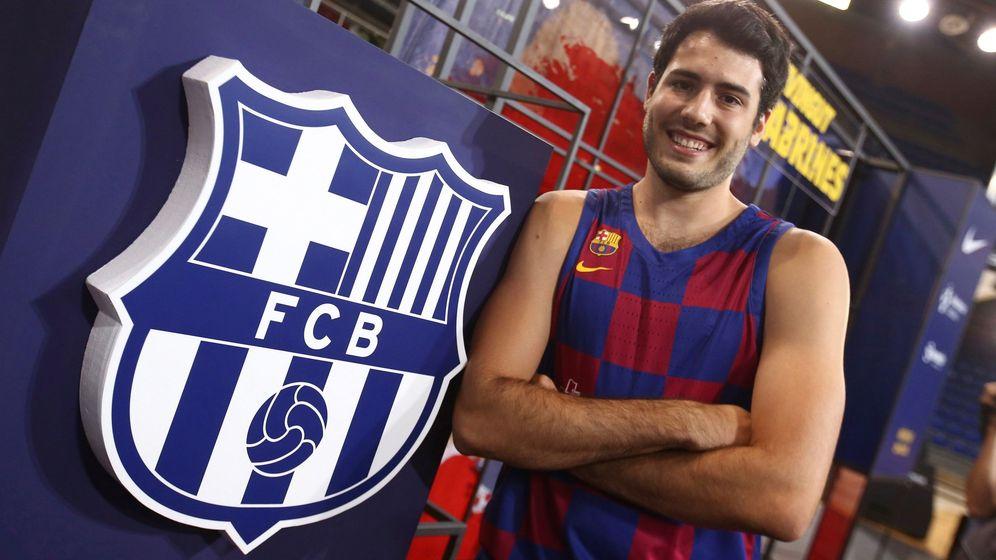 Foto: Álex Abrines posa con el escudo del Barcelona tras su regreso de la NBA. (EFE)