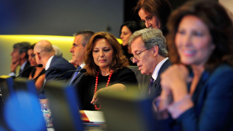 La presidenta de El Corte Inglés, Marta Álvarez (c), junto al consejero delegado, Víctor del Pozo (4i), y el secretario del consejo, Antonio Hernández-Gil (2d).