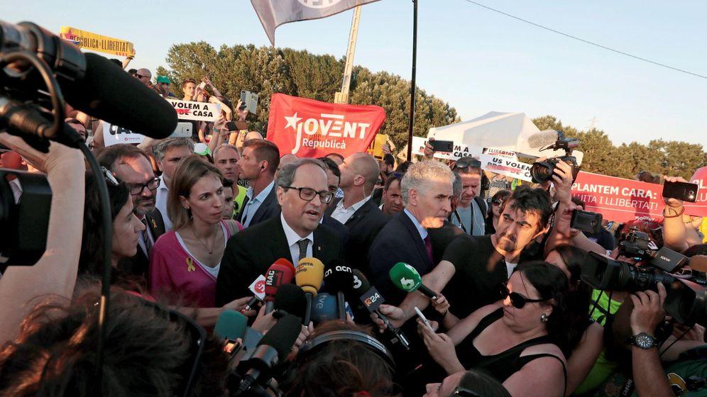 Foto: El presidente de la Generalitat, Quim Torra (c), atiende a los medios en la manifestación convocada por la ANC y Òmnium. (EFE)