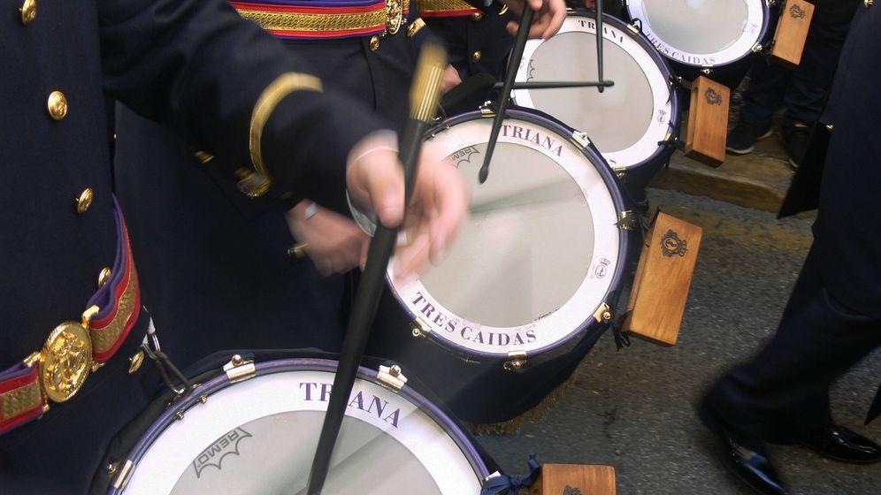 Foto: Tambores y palillería de la banda de las Tres Caídas de Triana. (Juan Bezos)