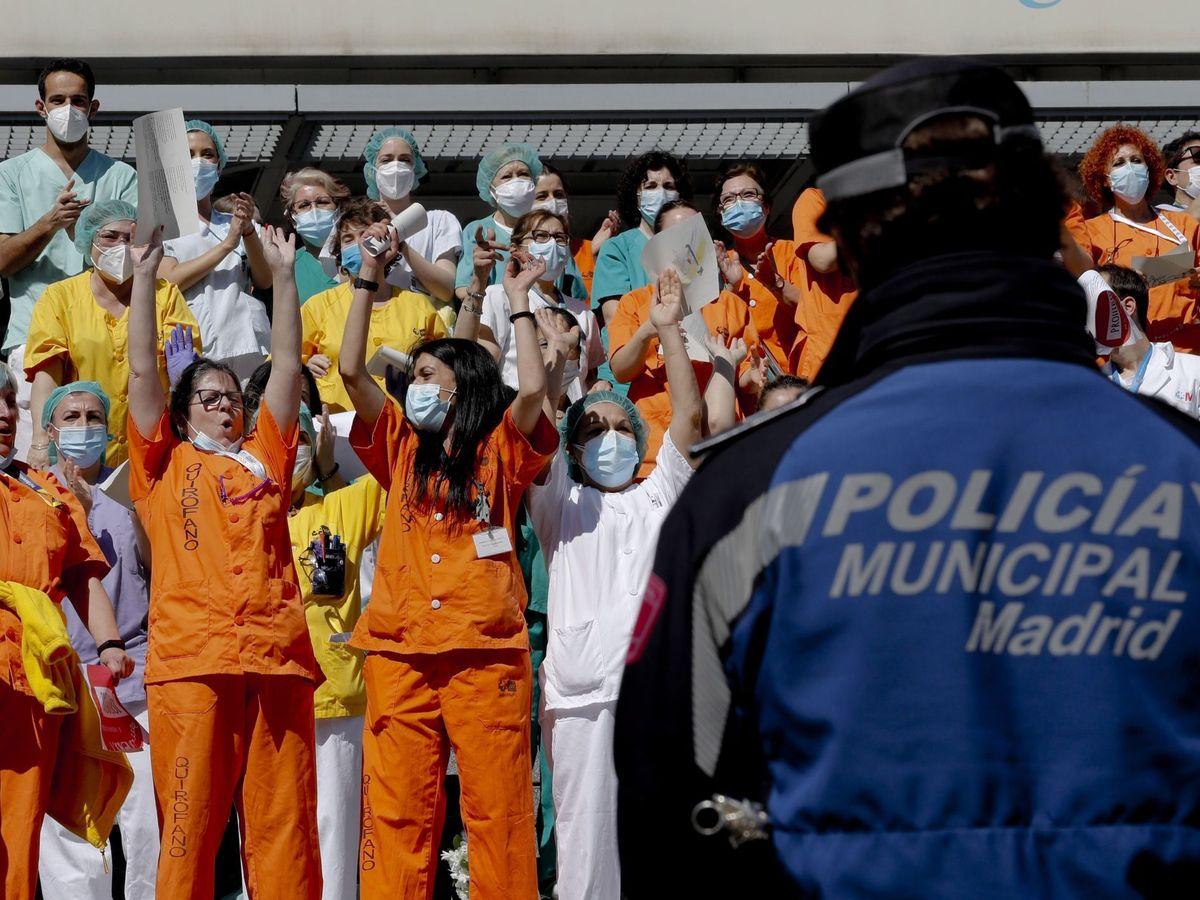 Foto: Personal sanitario del Hospital Gregorio Marañón recibe este domingo a las puertas del complejo hospitalario un homenaje por parte de la Policía Municipal de Madrid. (EFE)