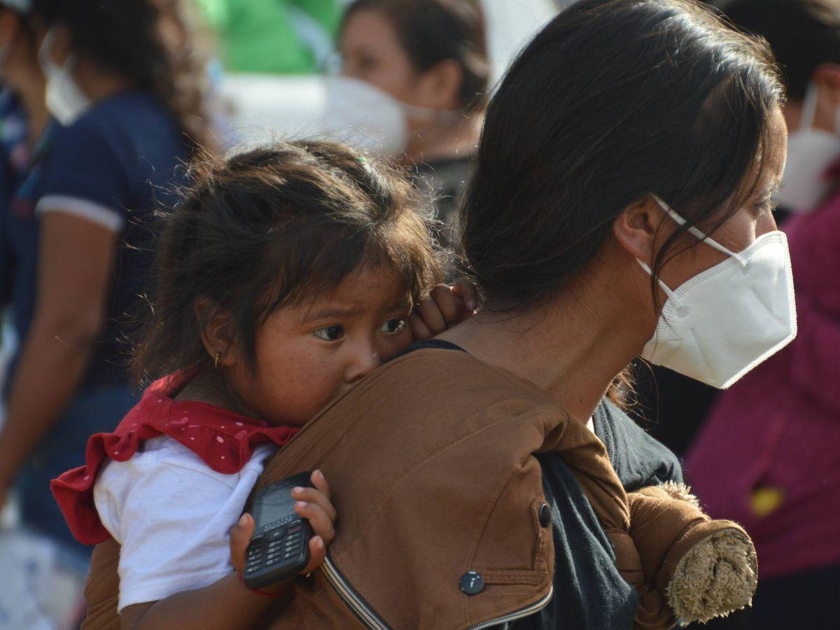 Foto: Una madre junto a su hija en la frontera. (A. V.)