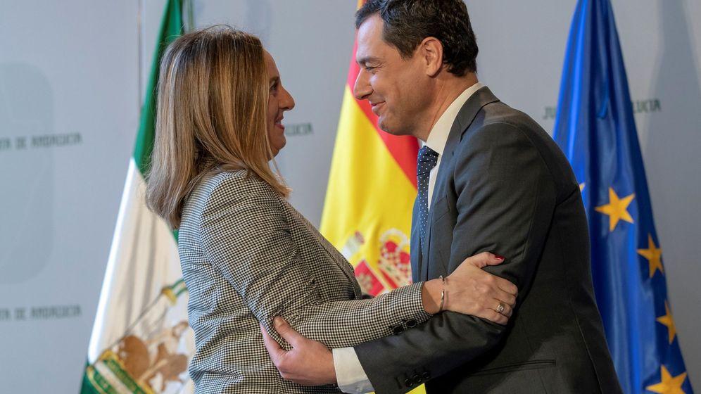 Foto: Marifrán Carazo, junto a Juanma Moreno. (EFE)