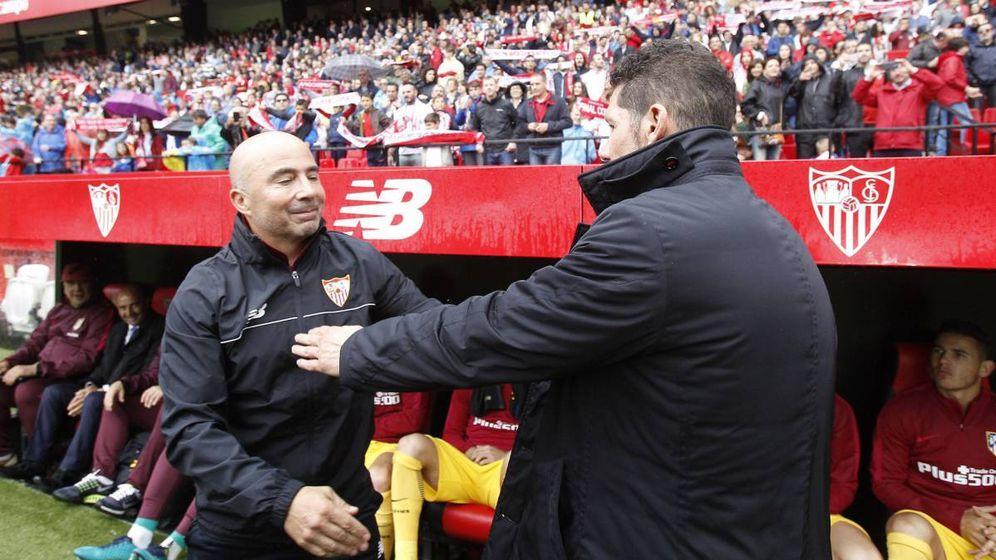 Foto: Sampaoli, seleccionador de Argentina, saluda a Diego Simeone en una imagen de archivo (Efe)