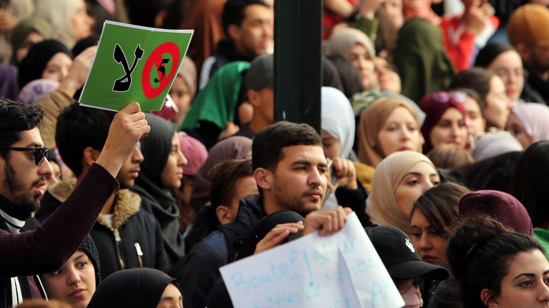 Estudiantes de la Universidad de Argelia protestan contra de la candidatura del presidente Abdelaziz Bouteflika. (EFE)