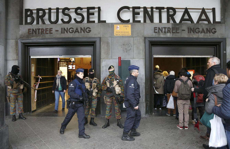 Foto: Agentes de policía belgas controlan la entrada a una estación de tren de Bruselas, el 23 de marzo de 2016 (Reuters).