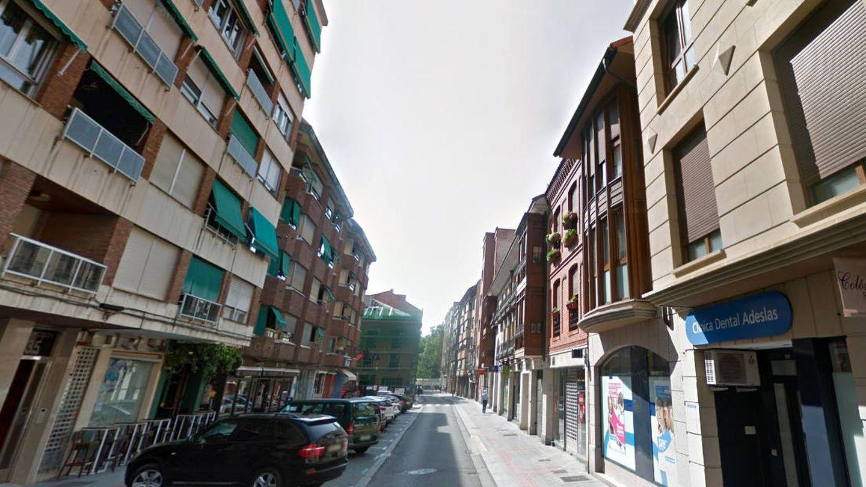 La calle Colón, en el centro de Palencia, donde se encontró el arsenal (Foto: Google Maps)