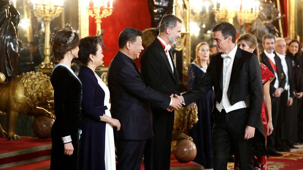 Foto: El presidente chino, Xi Jinping (3i), acompañado por su esposa, Peng Liyuan (2i), y los reyes Felipe (4i) y Letizia (i), saluda al presidente del Gobierno, Pedro Sánchez (d), antes de la cena de gala. (EFE)