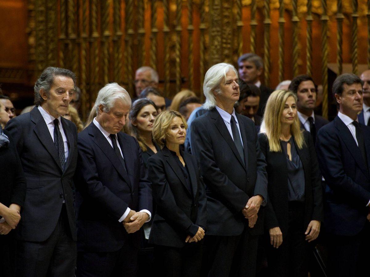 Foto: De izquierda a derecha, Cristina de Borbón, Alfonso Diez, el duque de Alba, Eugenia Martínez de Irujo, Jacobo Siruela, Inka Martí y Cayetano Martínez de Irujo. (EFE)