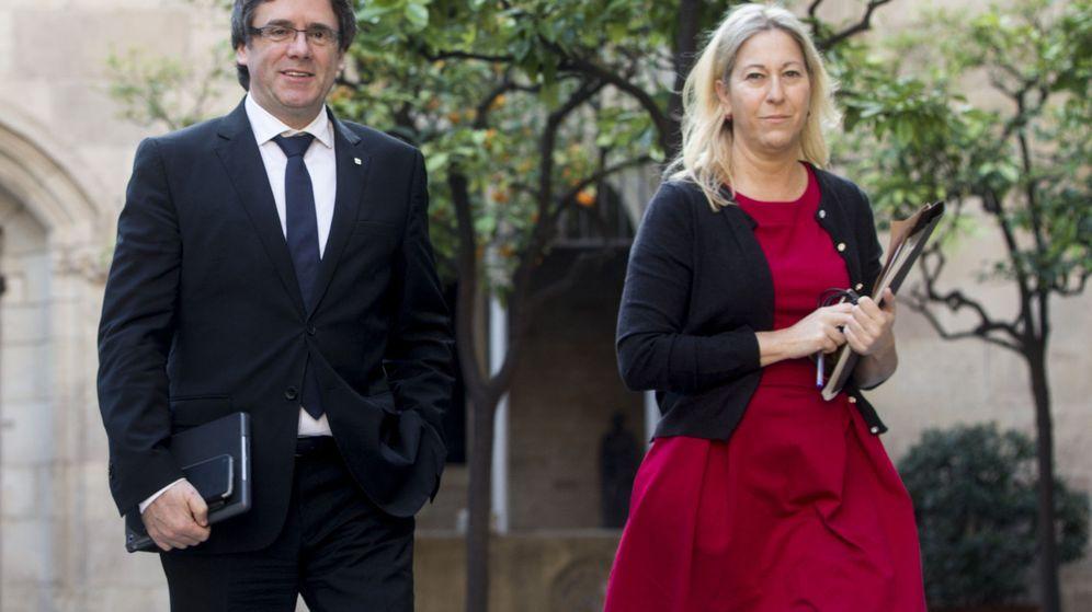 Foto: Puigdemont y Munté llegan a la última reunión ordinaria del Gobierno catalán. (EFE)