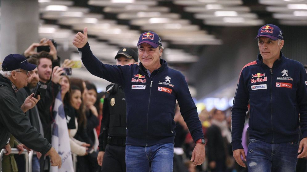 Foto: Carlos Sainz y su copiloto Lucas Cruz, a su regreso a España tras un Dakar. (EFE)