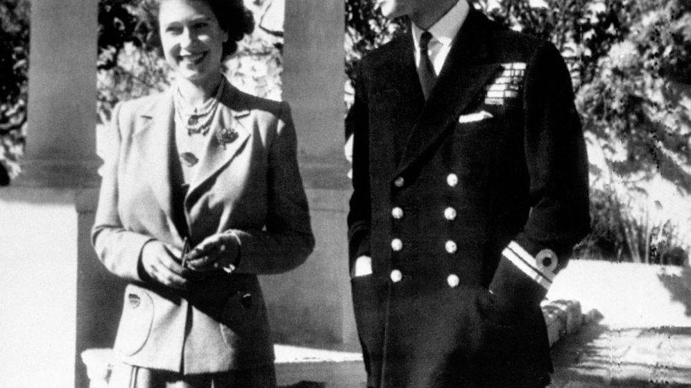 Foto: La entonces princesa Isabel con el duque de Edimburgo, en el jardín de Villa Guardamangia. (Getty)