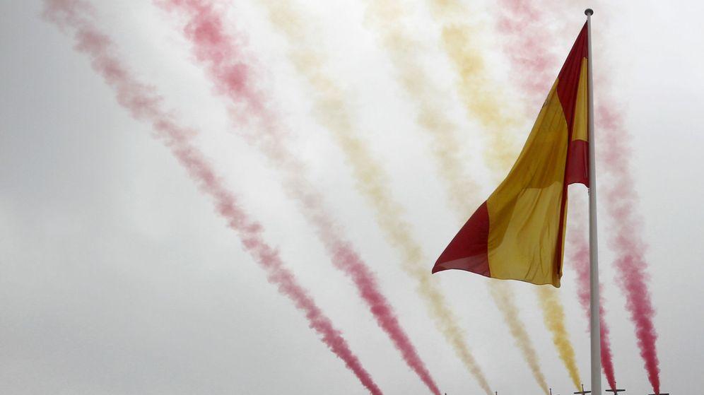 Foto: La patrulla Águila pinta en el cielo de Madrid la bandera de España durante los actos del desfile militar de la Fiesta Nacional. (EFE)