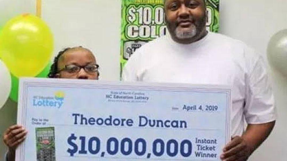 Foto: Theodore Duncan posa con su cheque gigante de 10 millones de dólares (Foto: Colossal Cash)