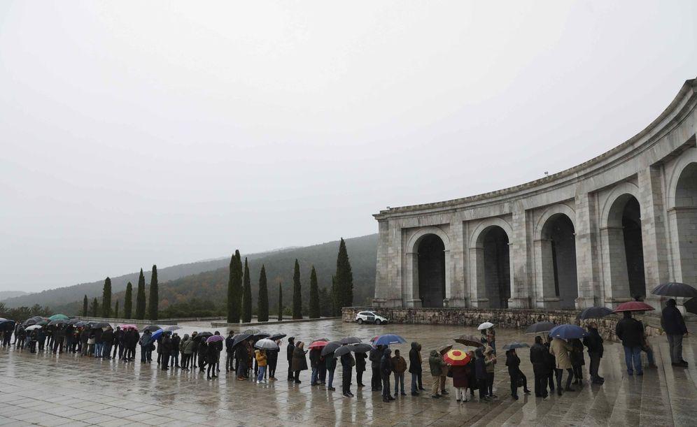 Foto: Feligreses y partidarios de Franco hacen cola en el Valle de los Caídos, el pasado 29 de noviembre, 43 aniversario de la muerte del dictador. (Reuters)