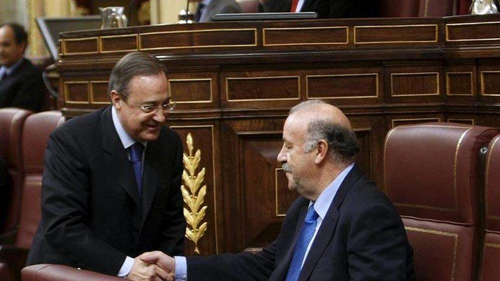 Foto: Florentino Pérez saluda a  Del Bosque en el Congreso de los Diputados. (EFE)