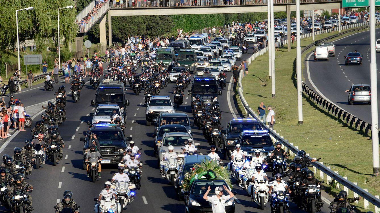 El convulso entierro de Maradona moviliza un millón de argentinos en plena pandemia