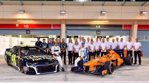 Foto: El equipo de Fernando Alonso junto al de Jimmie Johnson. (Twitter: @BAH_Int_Circuit)