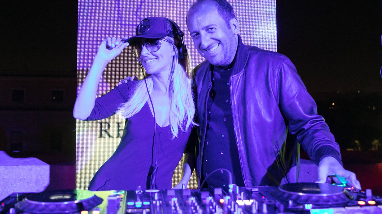 Cayetana Guillén Cuervo, con el DJ Sebastián Gamboa.