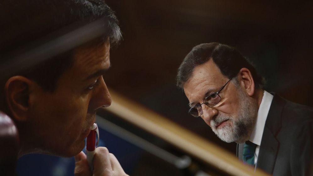 Foto: Multiexposición en cámara con el líder del PSOE, Pedro Sánchez (izda), escuchando la intervención del ya expresidente del Gobierno Mariano Rajoy el pasado 31 de mayo. (EFE)