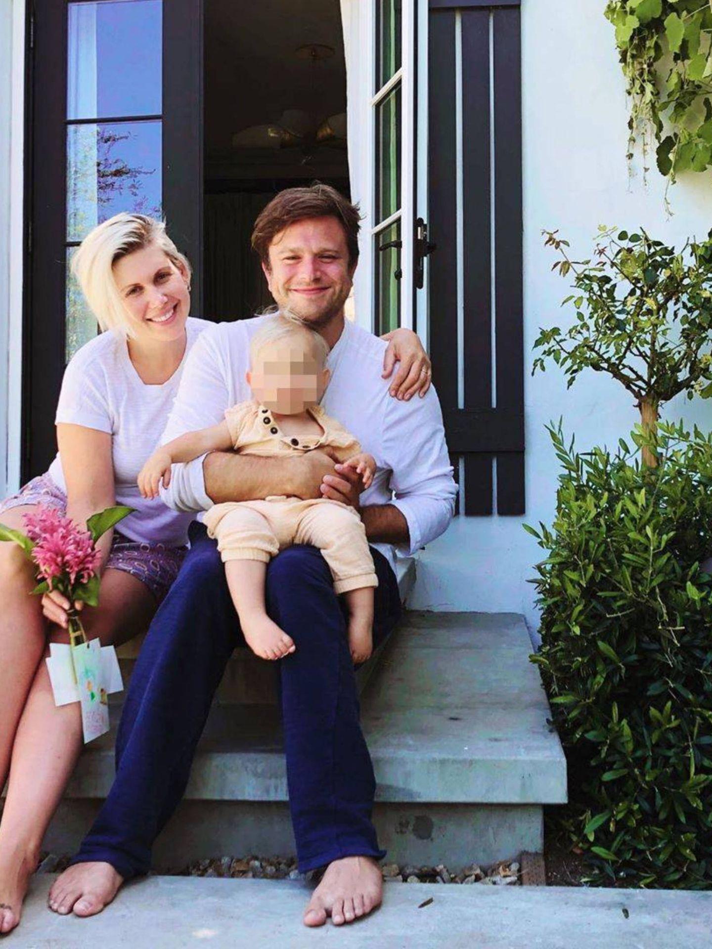 Zak Williams con su mujer, Olivia June, y su hijo. (Instagram @heyoliviajune)