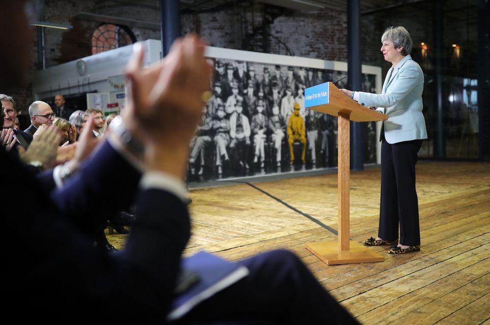 Foto: Theresa May da un discurso durante una visita al Derby College, el 19 de febrero de 2018. (Reuters)