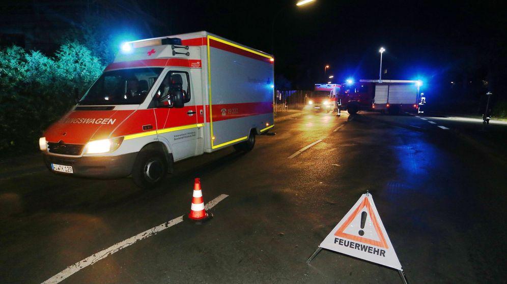 Foto: Vehículos de emergencia y máquinas de bomberos, en la zona del ataque. (EFE)