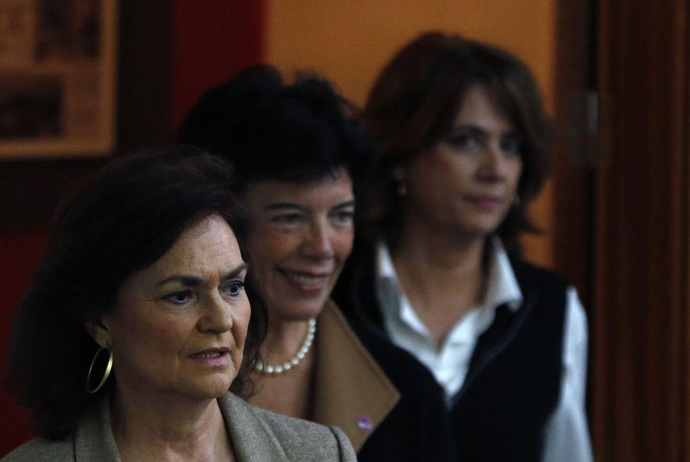 Foto: Carmen Calvo, con la portavoz del Gobierno, Isabel Celaá, y la ministra de Justicia, Dolores Delgado, este 2 de noviembre. (EFE)