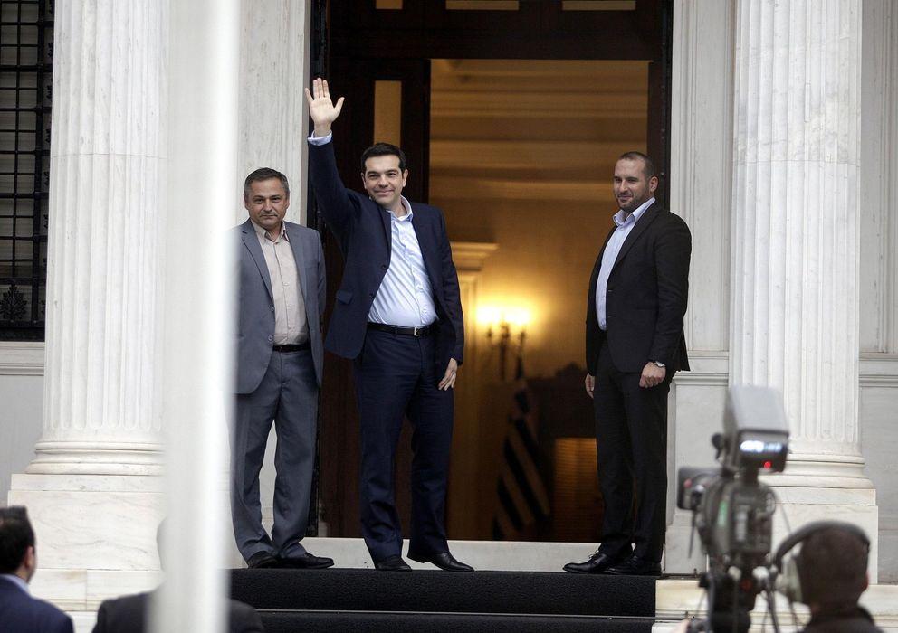 Foto: El nuevo primer ministro de Grecia, Alexis Tsipras, saluda a su llegada a la mansión Maximos (sede del Gobierno) tras su toma de posesión (Reuters).