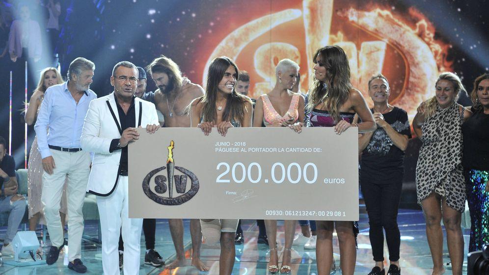 Foto: Sofía Suescun, con Jorge Javier y Lara Álvarez tras ganar 'Supervivientes 2018'. (Mediaset)