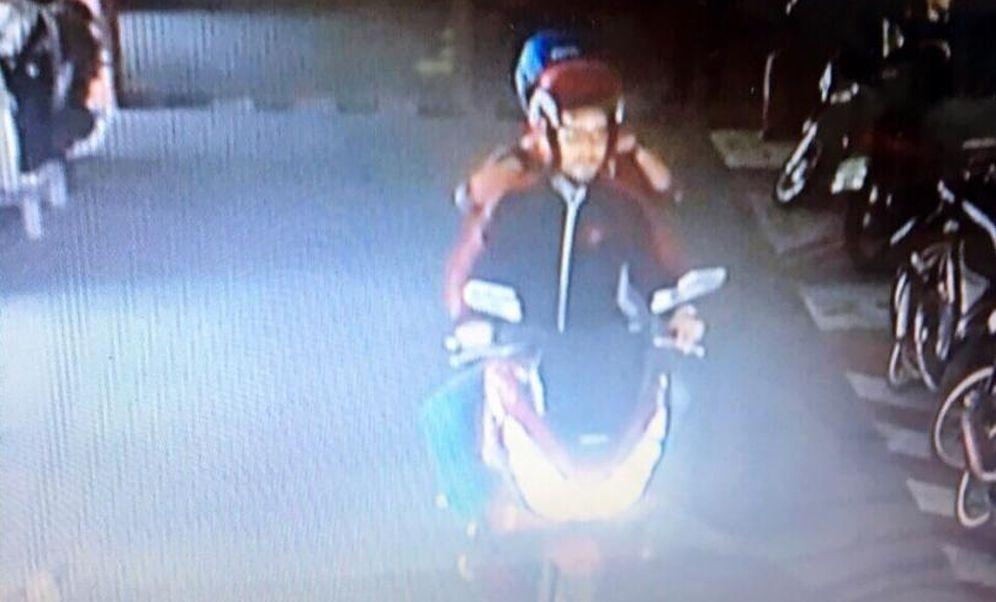 Foto: Artur Segarra yendo en moto con su novia a retirar dinero de un cajero automático en Ayutthaya, en una imagen difundida por la policía tailandesa