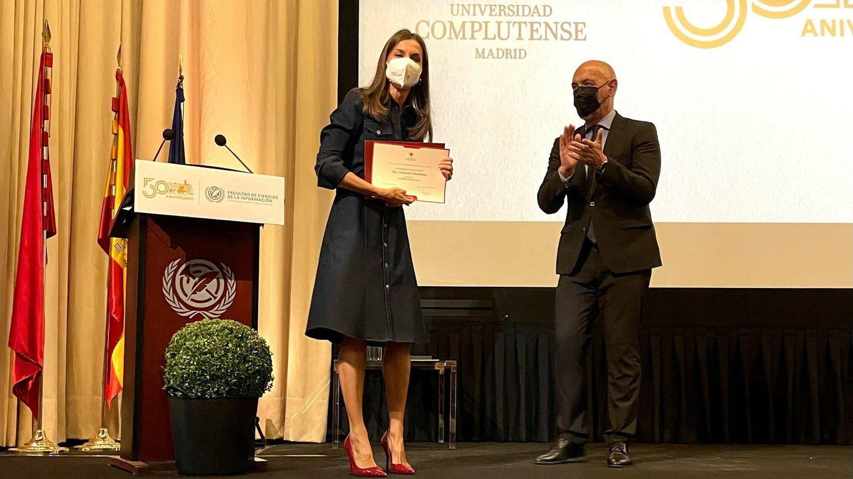 Reina Letizia posa con su diploma de alumna de honor. (Cortesía de un asistente)