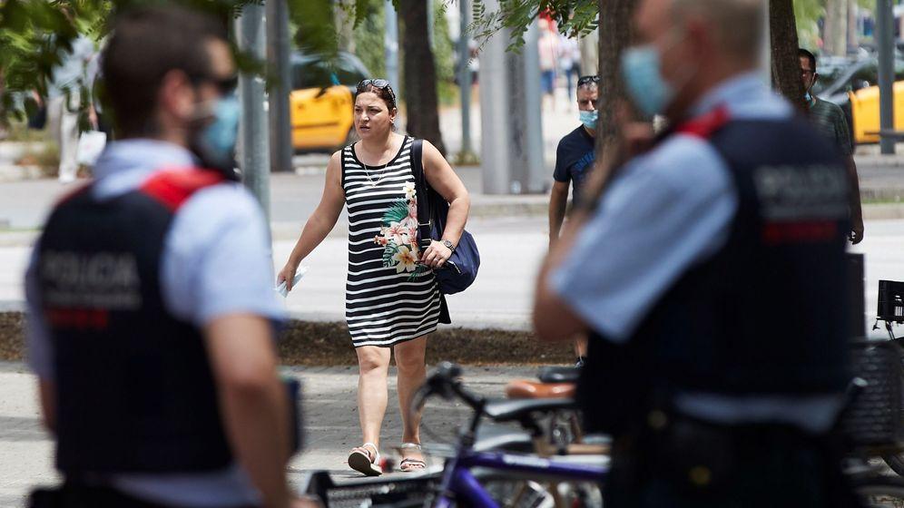 Foto: Unos agentes de los Mossos d'Esquadra en una calle de Barcelona. (EFE)