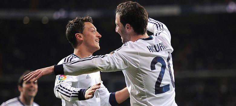 Foto: Mesut Özil y Gonzalo Higuaín celebran un gol durante su etapa en el Real Madrid.
