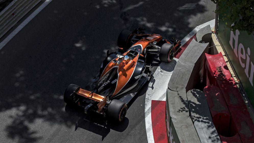 Foto: Alonso, al volante del MCL32 en Bakú. (EFE)