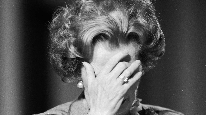 Margaret Thatcher, cubriéndose el rostro con las manos. (Getty)