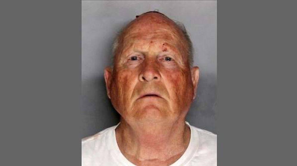 Foto: Joseph James DeAngelo, conocido como 'el asesino de Golden State', tras ser detenido en Sacramento. (EFE)