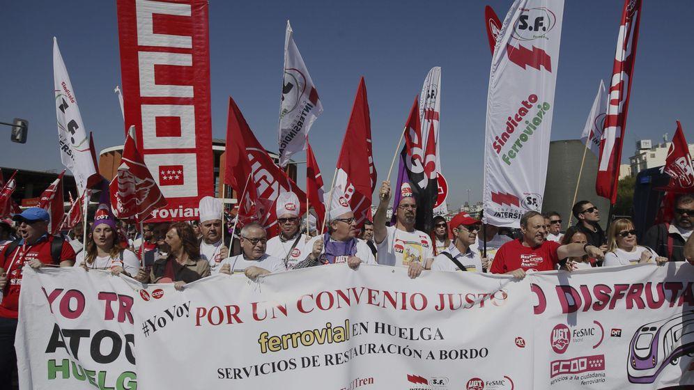 Foto: Manifestación servicios a bordo de Renfe. (EFE)