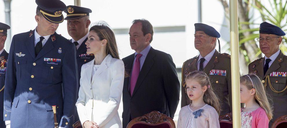 Foto: Los Reyes de España junto a sus hijas y Jaime Alfonsín Alfonso tras ellos con traje en una foto de archivo (Gtres)