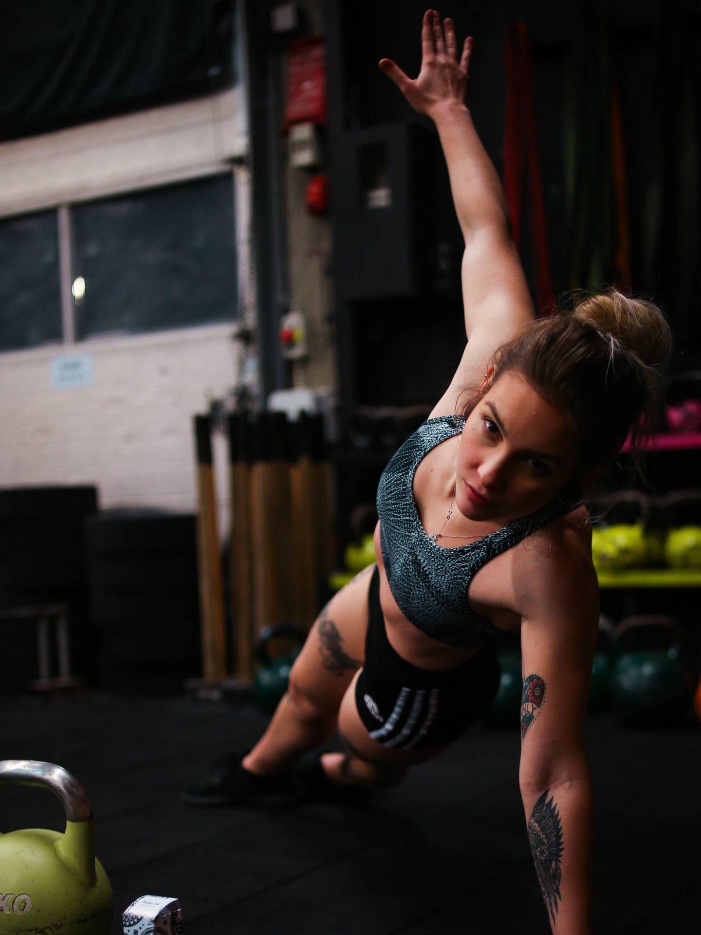La plancha lateral, un ejercicio isométrico con el que activar el core. (Hipcravo para Unsplash)