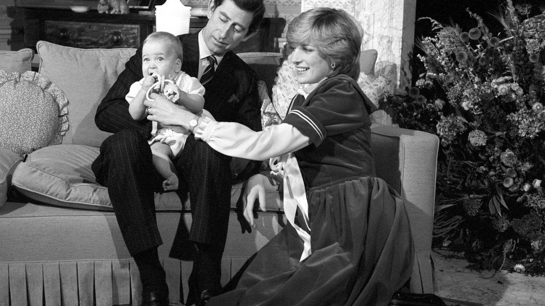 Carlos, Diana y Guillermo, en el apartamento de Kensington. (CP)