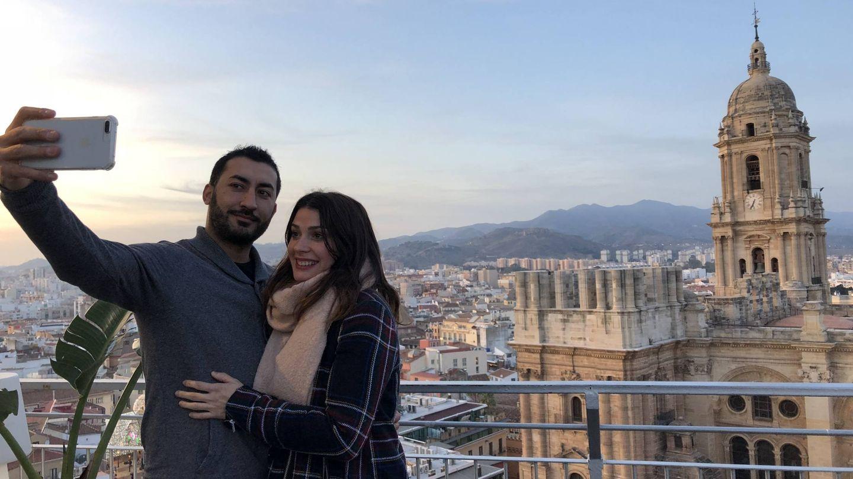 Emmanuel y Ana, en la terraza del hotel AC Málaga Palacio el pasado miércoles. Al fondo la Catedral de Málaga con la torre Sur inacabada.