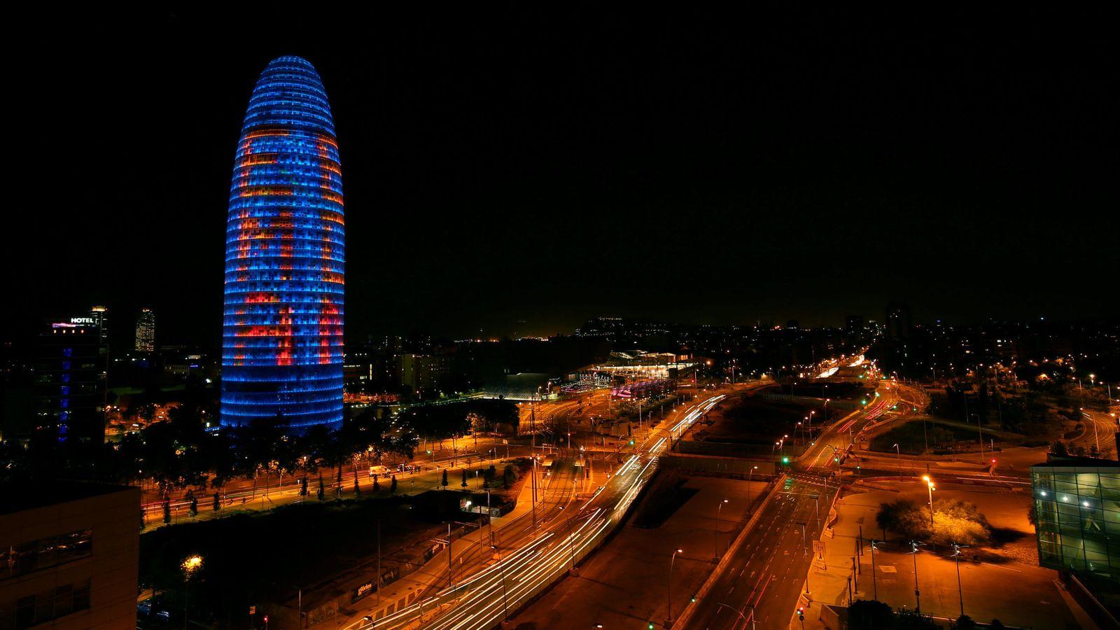 Foto: Imagen de archivo de la Torre Agbar iluminada con las letras 'EMA BCN'. (Reuters)