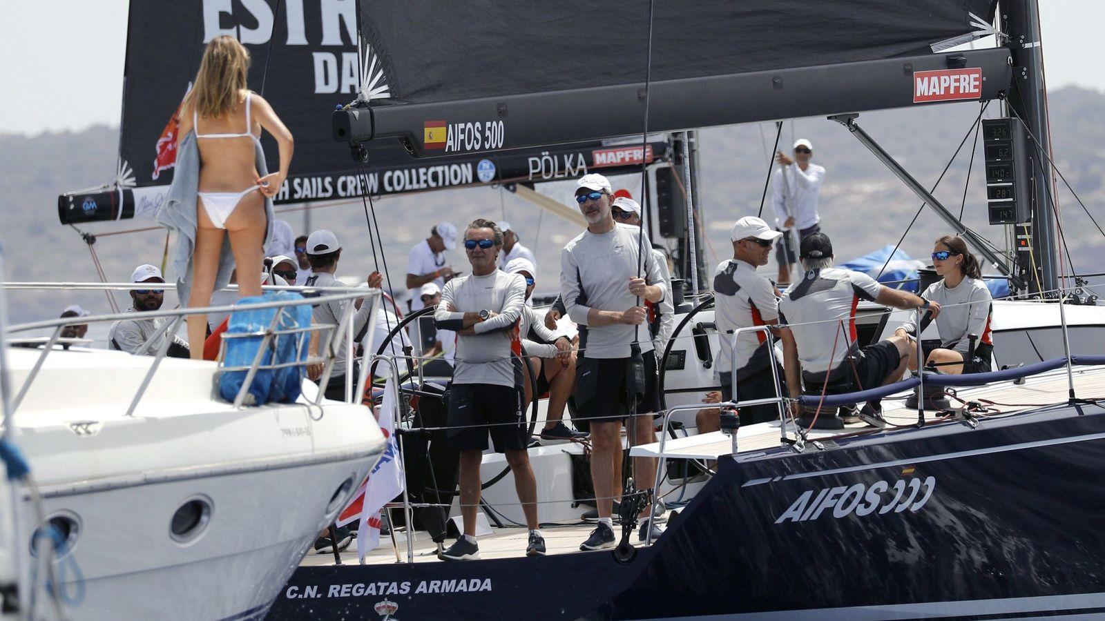 Foto: La famosa foto de Martina Jáudenes con la tripulación del Aifos 500. (EFE)