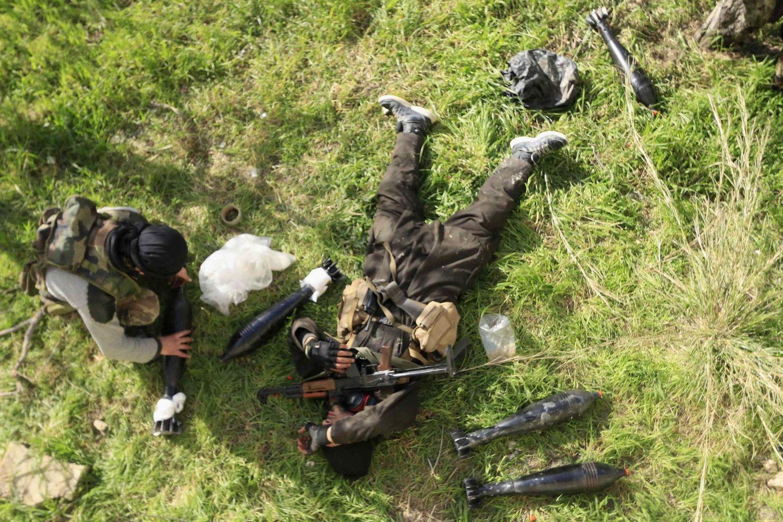 Foto: Un rebelde del ELS descansa junto a otro combatiente en las afueras de Doreen, en la provincia de Latakia, en marzo de 2015 (Reuters).