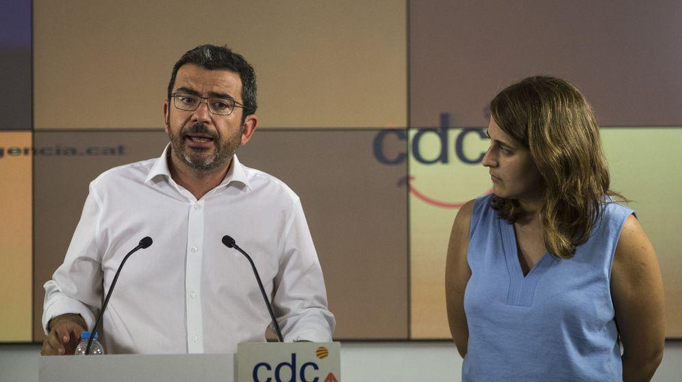 Foto: El coordinador de Régimen Interno y Comunicación de CDC Francesc Sánchez, acompañado de la portavoz, Marta Pascal. (EFE)