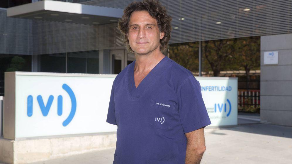 Foto: José Remohí, frente a la clínica del IVI en Valencia. (Marga Ferrer)