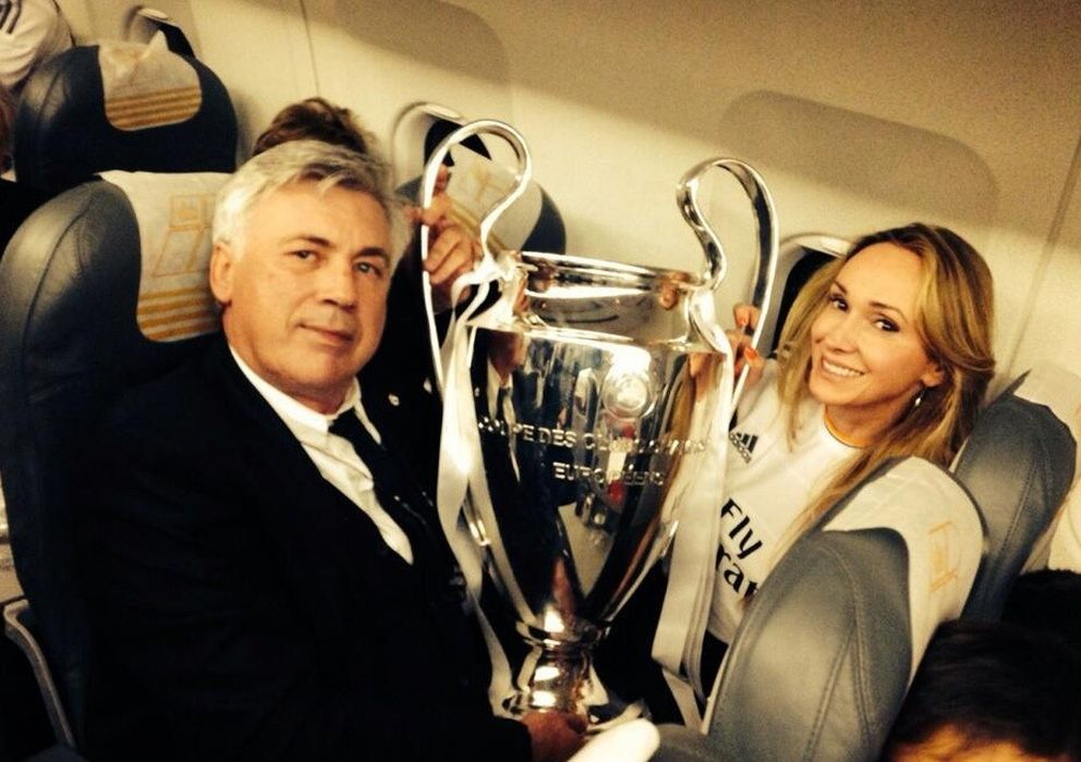 Foto: Carlo Ancelotti y su futura esposa, Mariann, en el avión de vuelta tras ganar la copa de Europa (Twitter)